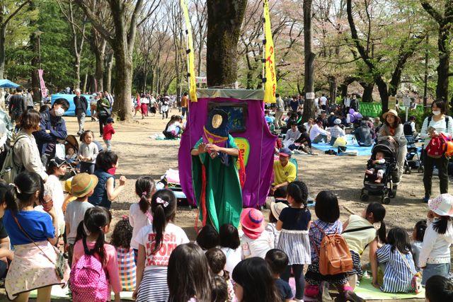 チョコバットの大冒険にも子ども達が参加する場面がいくつもあって、最後の方は全員が立ち上がるほど興奮して盛り上がっていた。顔面紙芝居すごいぞ!