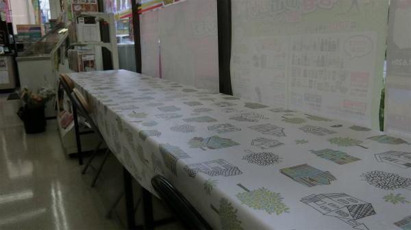 イートインスペースには実家と同じテーブルクロスがあった。