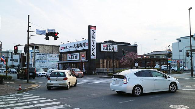かつてドライブスルーコンビニがあった館林市本町三丁目。今は丸亀製麺がありました。