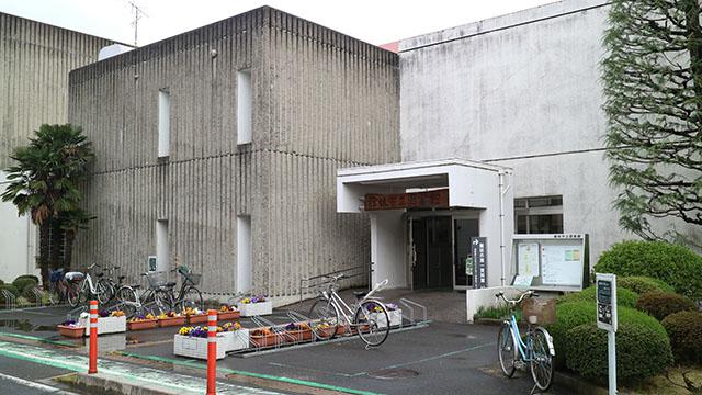 かつてドライブスルーコンビニがあった場所は館林図書館に近いのでそのまま図書館に行きます。