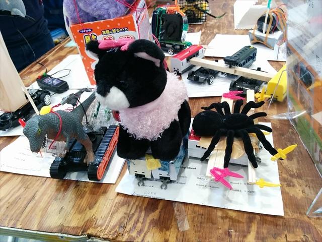 アメリカの子供が作った自称・ロボット達。クモが剣持ってるのが最高