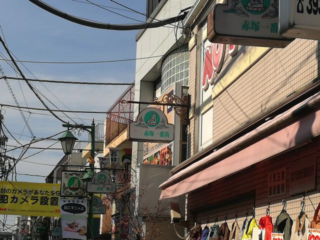 お店の上を見上げると、看板のいたるところに大仏が描かれている。大仏をとことん推していることがわかる。