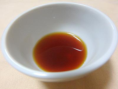 比較的薄い茶色。薄口醤油ぐらいか。