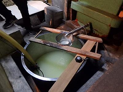 搾りたての日本酒。無濾過なので白く濁っている。