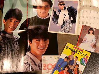 お父さんが好きだったおニャン子の本や当時のポスター。ふろくのカレンダーは、オススメの「トシちゃんの変なポーズ」を開いてくれた