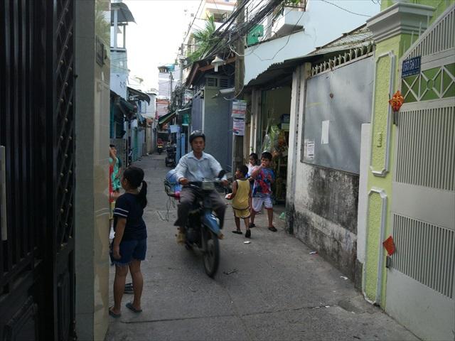 子どもたちの間を縫うように遠慮なくバイクは走る。