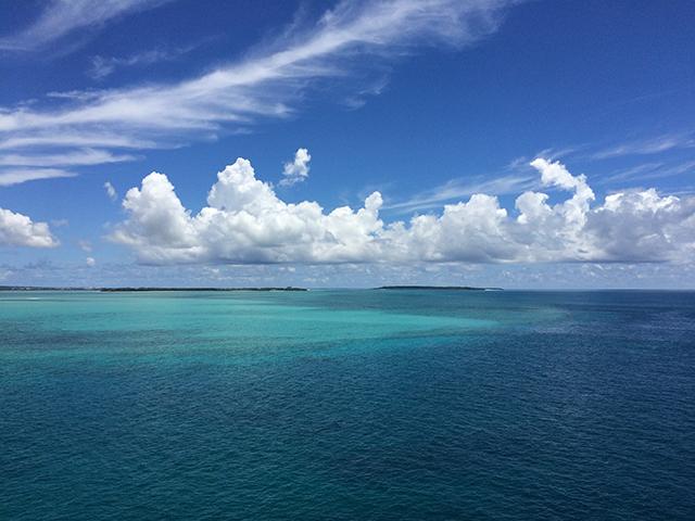 これは沖縄の青い海。わかりやすい沖縄の象徴。