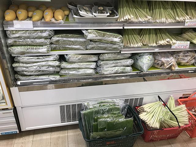 冷蔵棚からはみ出すほどの物量。バナナの葉ってこういう売り方でいいのか。