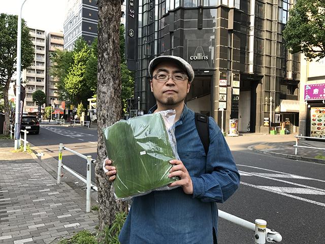 買ってはみたけど、この大量の葉っぱをどうするのか。スーパーを出て即、途方に暮れている。