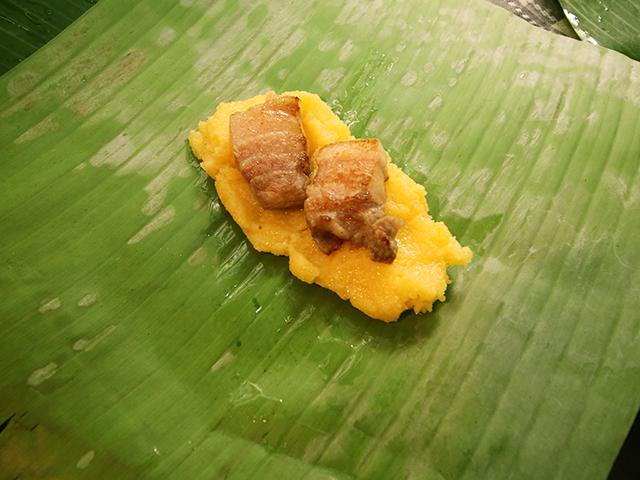 バナナの葉にトウモロコシ団子。そこそこ美味そうなビジュアルになってきた。油だけが不安要素。