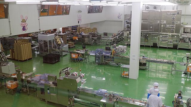 梱包・包装の生産ライン。思ったより作業員が少ない。