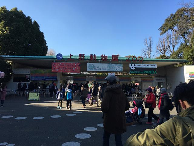 上野動物園正門。入り口から入るひとが多い