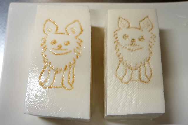 はかなさに欠けるが、こんな感じでいいか。左が絹ごし、右が木綿である。
