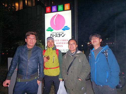 左からリアンくん、ベンジャミンくん(北京出身)、ジョニくん(中国のどこからか聞くの忘れた)の3人と、一番右のだいすけさん(横浜出身)と私の五人でバーミヤンに行った。