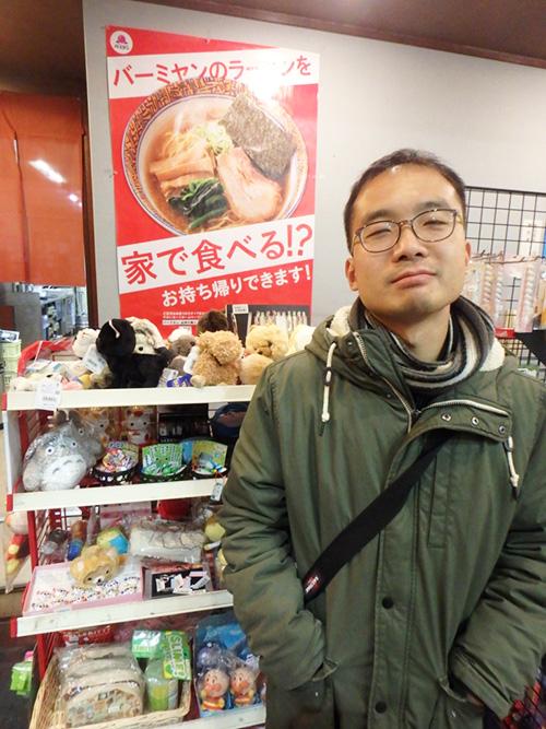「なんか奇妙な感じ。中華料理屋さんだという雰囲気はあんまり受けない」とジョニ。日本で他の中華料理屋に行ったことはあるけど、一回もバーミヤンに来たことはないらしい。