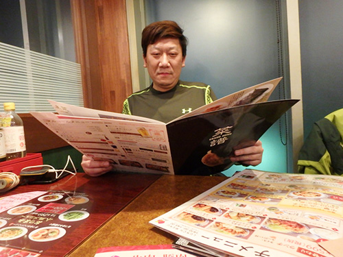 メニューを見て、「お肉とお魚のメニューがもっとあったらいいな…今度北京に来たらレストランに行こう!」と優しいリアンくん。