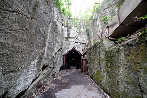 スネークセンター内にも石を切り出したっぽい場所があって、こちらもメチャクチャ格好良くて震えます
