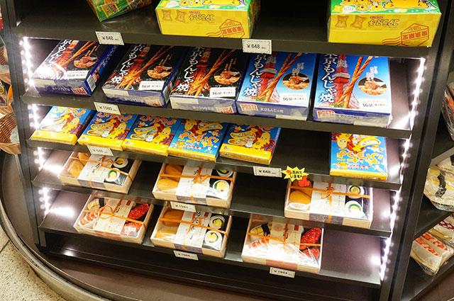 こっちの棚は東京土産をディスプレイしつつ下のほうは寿司ソックス詰め合わせ