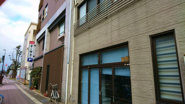 寿司屋の並びを撮影。金沢中心部の中では、お店があまり無くて寂しい通り。