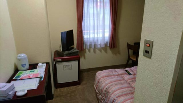 ビジネスホテルらしい、ザ・必要最低限の部屋。ビデオカード式の有料放送も完備。 2分位だけ、無料で見れたぞ