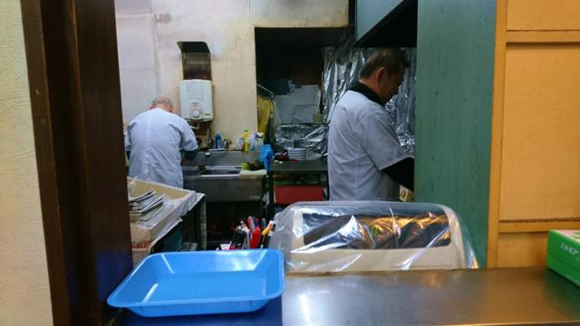 狭い厨房で3人の方が調理する。たくさん人が居るので、何頼んでもすぐ出てくるぞ!