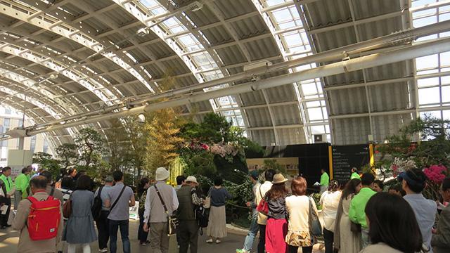 さいたま新都心駅に人だかりが。この日はロックフェスティバルと世界盆栽大会という強コントラストな組み合わせが開催されていた。