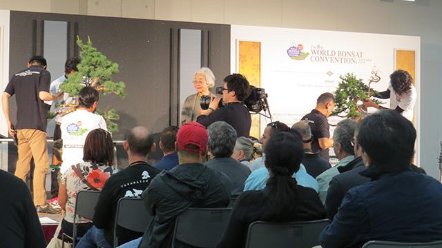 会場の一番奥にあるここは数万円のチケットで入れる場所だそうだ。盆栽の作り方を英語でレクチャーしている。お客さんは海外の人が多く、世界盆栽大会の本来の趣旨はここなんだろう。