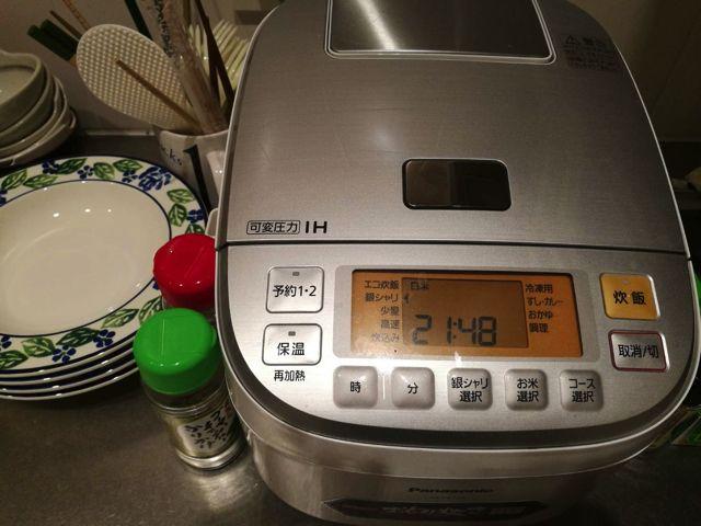 お米を炊く。(家にある炊飯器の見た目があまりにも汚かったので写真は会社の炊飯器)