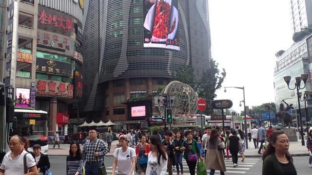 中国・重慶市では、唐辛子と花椒の入り交じった麻辣のにおいが充満していた