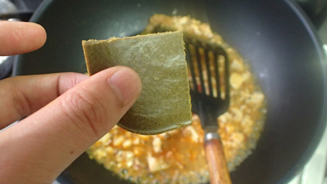 おたま2杯分の麻婆豆腐に対して、ルーをひとかけ入れる