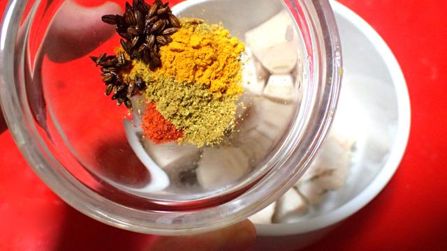スパイスが絡みやすいように切り刻んだチキンに、粉をふるう