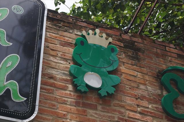 王冠を頭に載せたキュートなカエルちゃんが目印です。