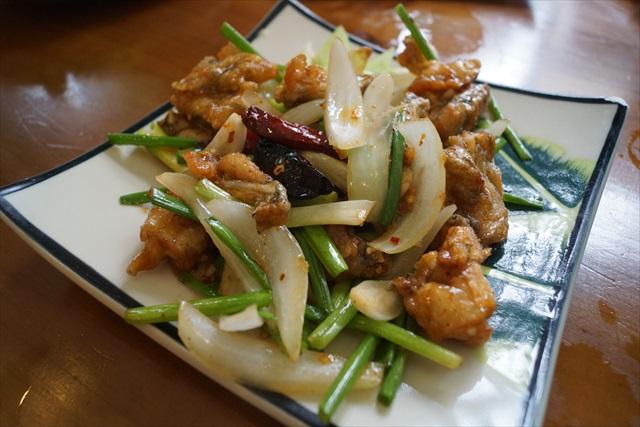 カエル炒めのヌクマム(魚醤)和えも美味かった!隙がないぞ、カエル肉!隙がない…と、思っていましたら!