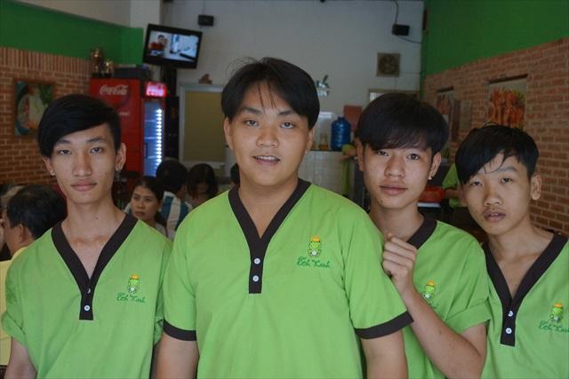 店長のDuongさんに話を聞かせてもらえた(左から二番目)。 お顔がどことなく、カエルっぽくあられる気もします。