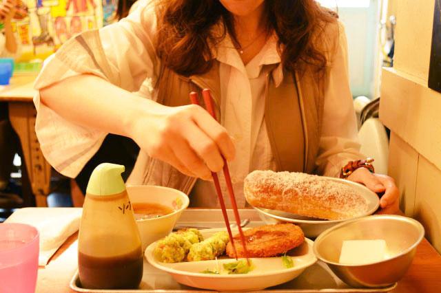 友人は添え物の野菜から食べ始めていた。小学生の頃は野菜なんて最後まで残っていたのに…