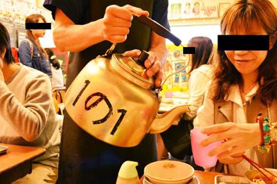 筆者は静岡県掛川市出身なので、当時やかんの中身はもちろんお茶だった