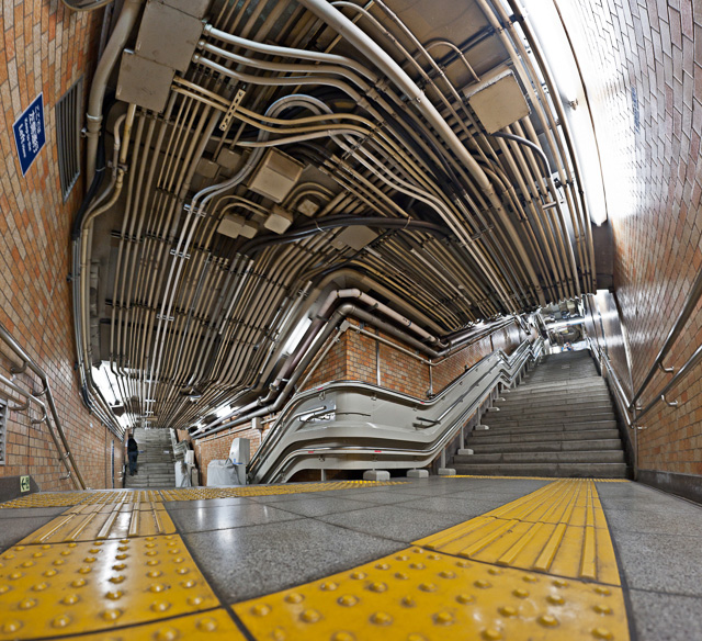 もうひとつは四谷三丁目駅のこれ。ダイナミック。