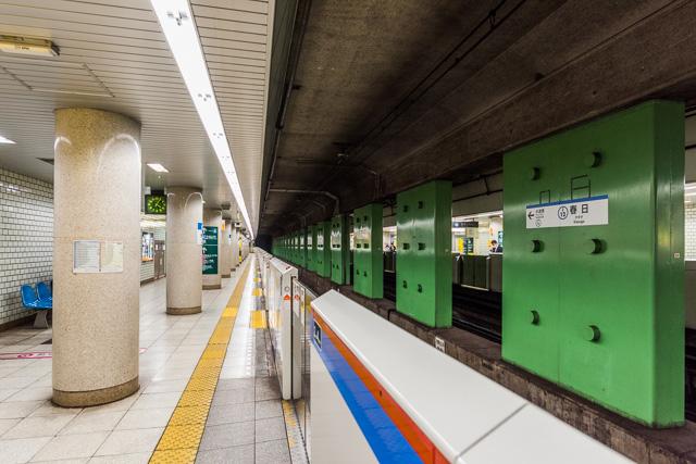 そして春日駅も、レールとレールの間の柱がいい。レゴブロックみたい。