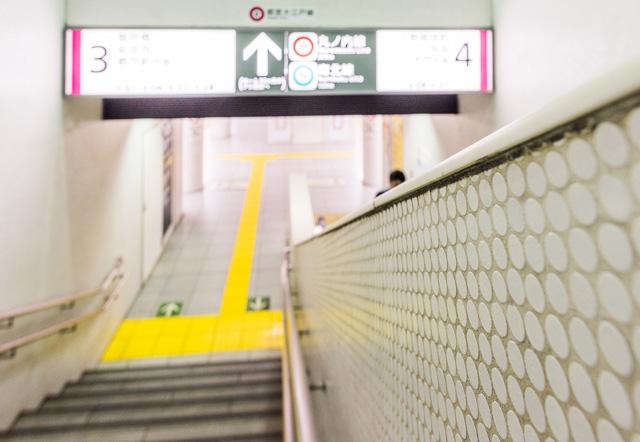 大江戸線の春日駅。香港の地下鉄タイルすばらしかったけれど、ここのもなかなかいい