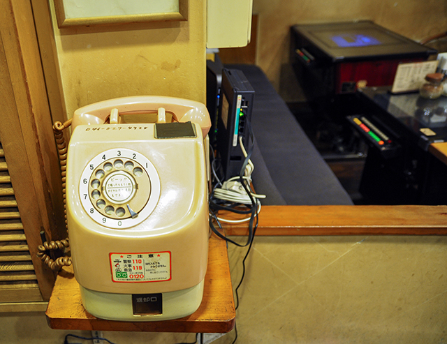 ピンクの公衆電話とテーブルゲームの歴史的ツーショット!?