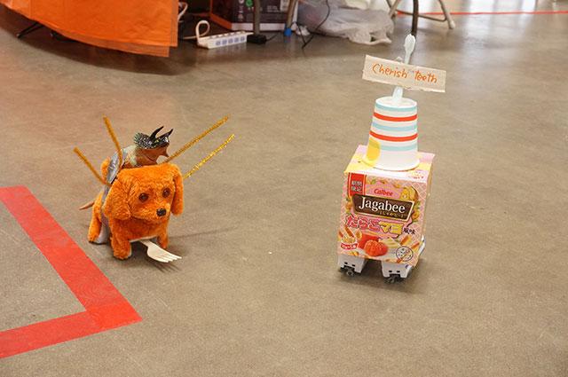 左、アメリカで生まれたヘボコンのマスコットロボ、「犬」。古賀さん作。