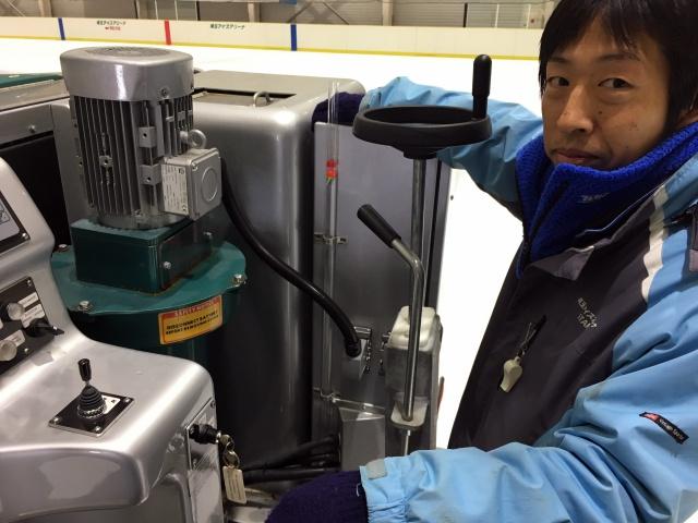 スタッフの鈴木さん。目の前にある黒いハンドルを回して、ブレード(氷を削る刃)の高さを調整する。
