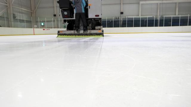 氷を削って水をまいた跡が、ピカピカになってるのがわかりますか……!
