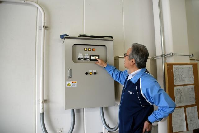 水の温度を設定する操作盤。お湯のほうが氷の溝を埋めやすいが、その分沸かす燃料費もかかるし、再びリンクを凍らせる電気代もかかっちゃう