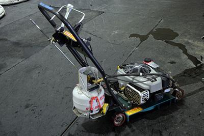 整氷車では届かない部分を調整するハンディタイプもあった。小さいガスボンベがキュート。