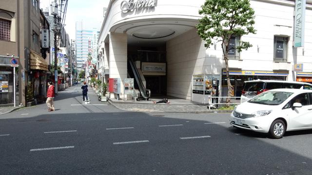 歌舞伎町スタイルで寝てる人(写真中央)。