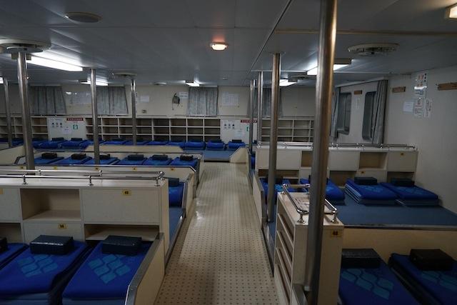 4時間の船旅、旅情をかきたてる雑魚寝客室。