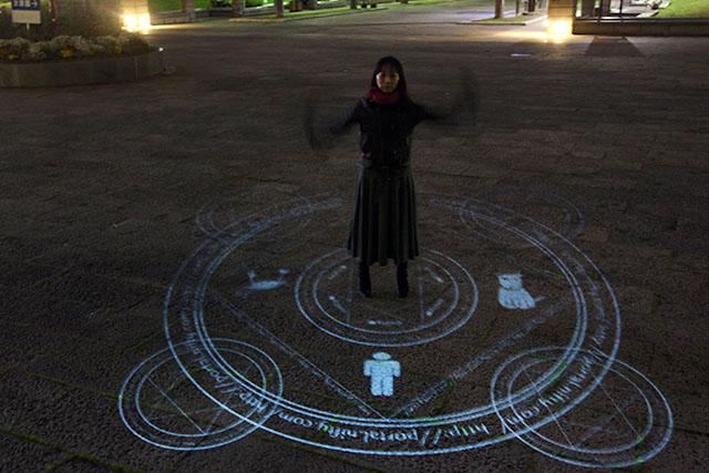 手の残像が魔法使いっぽい。