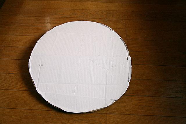 まずこういう丸い板を作ります。材料は段ボールとコピー用紙、ガムテ。