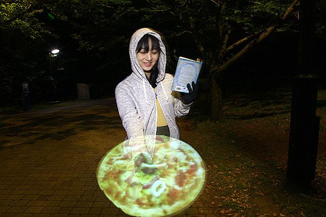 ピザを映したら半透明で幻覚っぽい。